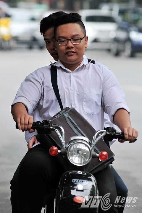 Nhằm nâng cao ý thức về an toàn giao thông của các em học sinh, nhiều trường trên địa bàn thành phố Hà Nội đã áp dụng hình thức xử phạt hạ hạnh kiểm trong năm học, nhưng sau các đợt cao điểm xử phạt, tình hình vi phạm luật giao thông trong đó có việc không đội mũ bảo hiểm lại tiếp tục tái diễn.