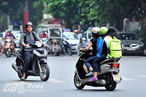 Một phụ huynh tới trường đón con nhưng cả hai đều không đội mũ bảo hiểm