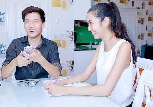 Thuý Vân luyện tập ứng xử, rèn vốn tiếng Anh với MC Vũ Thái Dũng.
