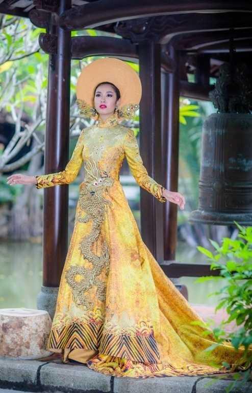 Thuý Vân trong trang phục truyền thống.