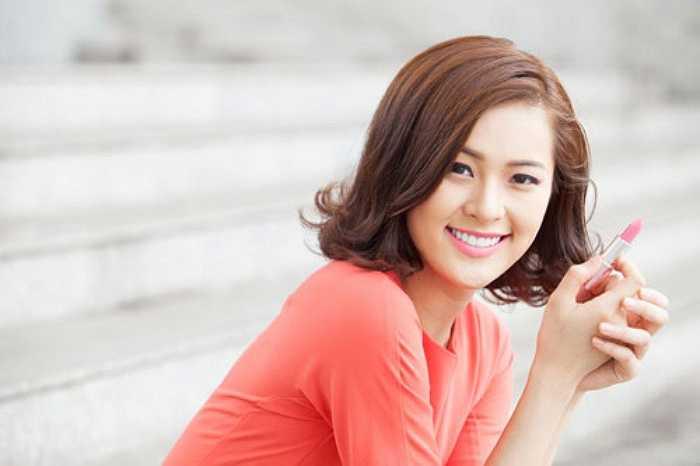 Cô diễn viên trẻ từng du học ở Singapore, hiện về Việt Nam hoạt động nghệ thuật.