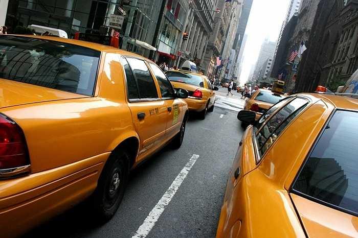 Trực tổng đài taxi. Uber là cái tên khiến cho nghề trực tổng đài taxi biến mất. Thay vì nghe điều phối của một người trực, bây giờ những người muốn đi taxi có thể chủ động download ứng dụng trên điện thoại thông minh và tìm chiếc taxi đang chờ khách