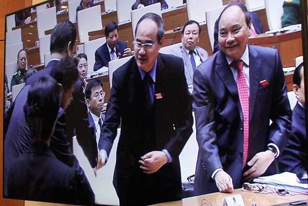 Ông Tập Cận Bình bắt tay các đại biểu Quốc hội Việt Nam sau khi kết thúc bài phát biểu trước Quốc hội