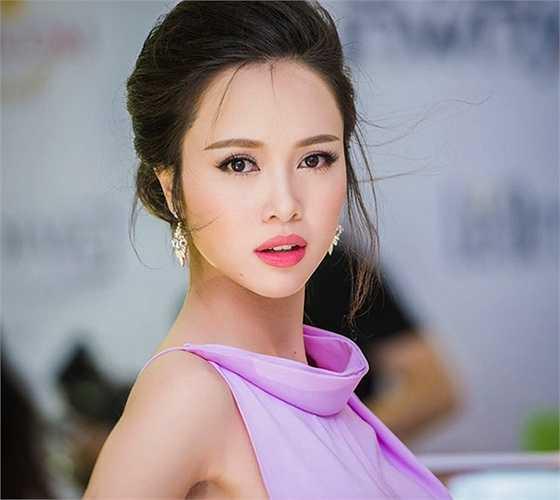 Không chỉ sở hữu mái móc mềmmà đôi mắt sángcủa người đẹp còn khiến người đối diện mê mẩn.