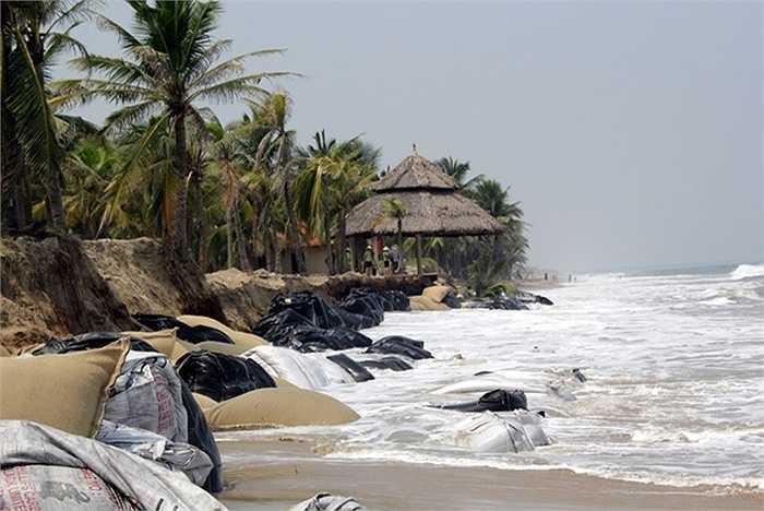 Mấy ngày gần đây, tình trạng sạt lở ở bãi biển Cửa Đại (TP Hội An, Quảng Nam) tái diễn. Mưa lớn kéo dài, hàng trăm mét bờ kè bị sóng đánh sập. Người dân và các khu du lịch, nhà hàng dọc 3 km bờ biển bị uy hiếp.