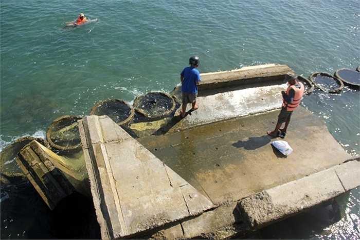 Gần đây nhất, ngày 26/10 giới chức tỉnh Quảng Nam đã có buổi làm việc với đoàn đại sứ Hà Lan cùng nhiều chuyên gia từ các trường đại học của vương quốc này để chia sẻ kinh nghiệm ứng phó với sạt lở. Tại đây, đoàn chuyên gia đã đưa ra nhiều giải pháp nhằm cứu bờ biển Cửa Đại, tuy nhiên phương án này nếu thực hiện trong khoảng 20 năm và có thể tốn 40 triệu euro. Trong ảnh là một đoạn kè cứng bằng bêtông bị sóng đánh tan, lôi xuống biển.