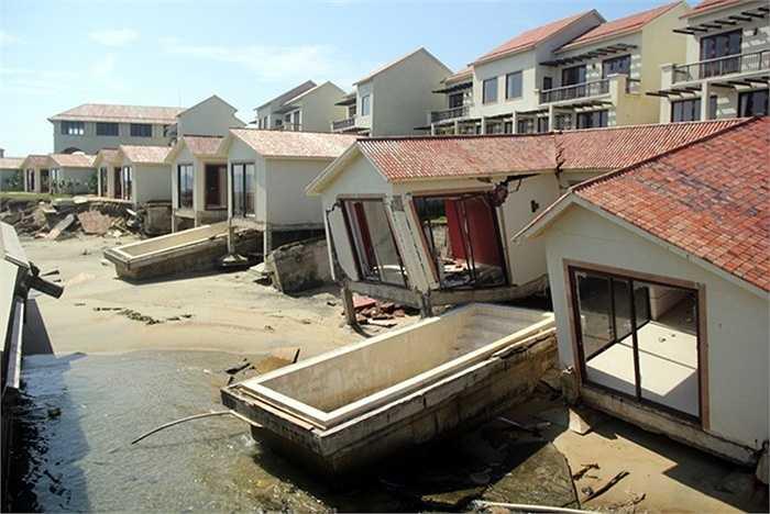 Trong khi nhà chức trách vẫn đang loay hoay tìm giải pháp thì tình trạng sạt lở đang dần trở nên nghiêm trọng. Nhiều khu nghỉ dưỡng ven biển được đầu tư hàng trăm tỷ đồng đã phải bỏ hoang do sạt lở.