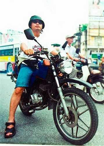 Hình ảnh thời trẻ của Trần Lập khi đi chiếc 'cào cào' Honda CMX 90.