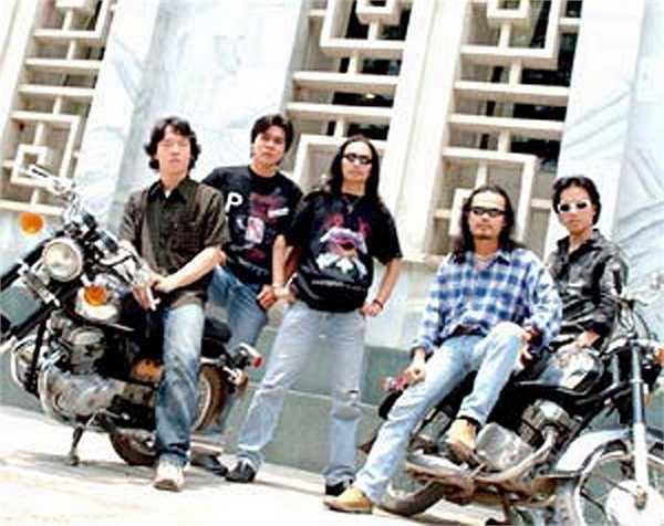 Thời còn để tóc dài với nhóm Bức tường, anh luôn có niềm đam mê song hành giữa âm nhạc và motor. Các thành viên khác trong nhóm cũng chơi xe không kém.