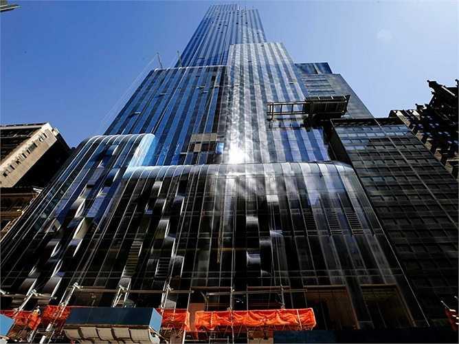 One57 là tòa nhà nằm ở phố 57th Street của New York, Mỹ. Nó cao hơn 300m và sở hữu 90 tầng lầu. Nhìn từ dưới lên, tòa nhà này giống như một thác nước khổng lồ