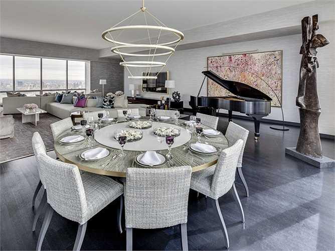 Phòng khách kiêm phòng ăn lớn có thể dùng để tổ chức các bữa tiệc thâu đêm suốt sáng