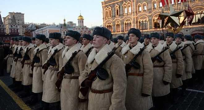 Binh sĩ Nga tái hiện cảnh chiến sĩ Hồng quân diễu qua Quảng trường Đỏ năm 1941