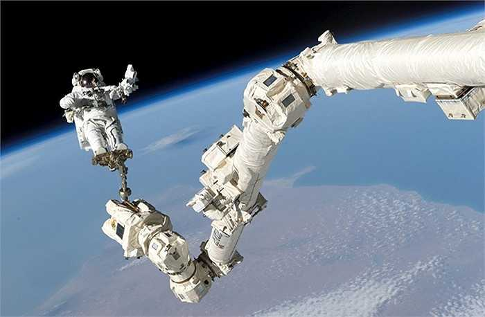 Phi hành gia Stephen K. Robinson làm nhiệm vụ bên ngoài ISS