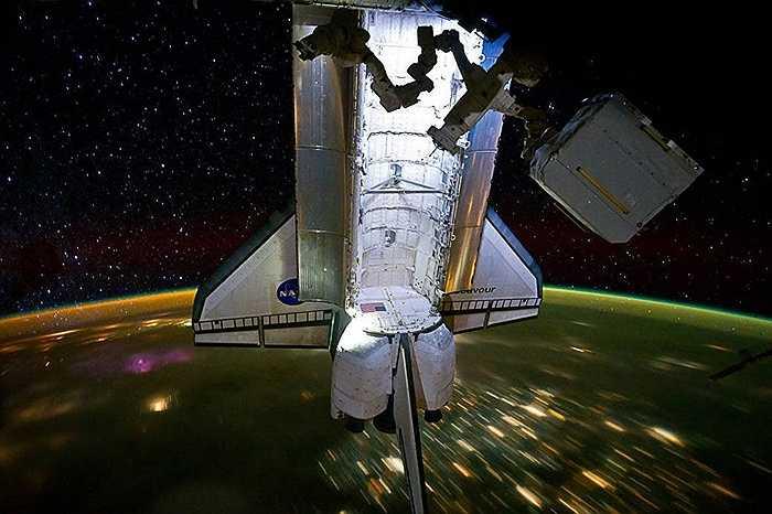 Tàu con thoi làm nhiệm vụ cùng trạm ISS
