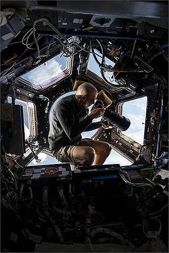 Phi hành gia dùng ống kính 400mm chụp ảnh Trái đất từ độ cao gần 500km từ mặt đất