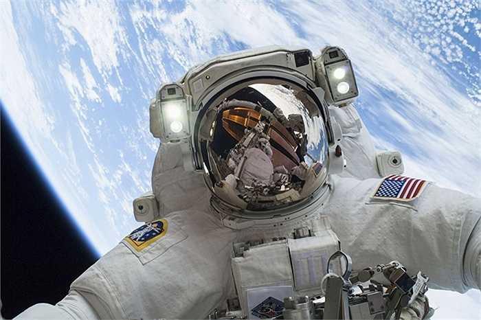 Phi hành gia Mike Hopkins chụp bức ảnh selfie với Trái đất