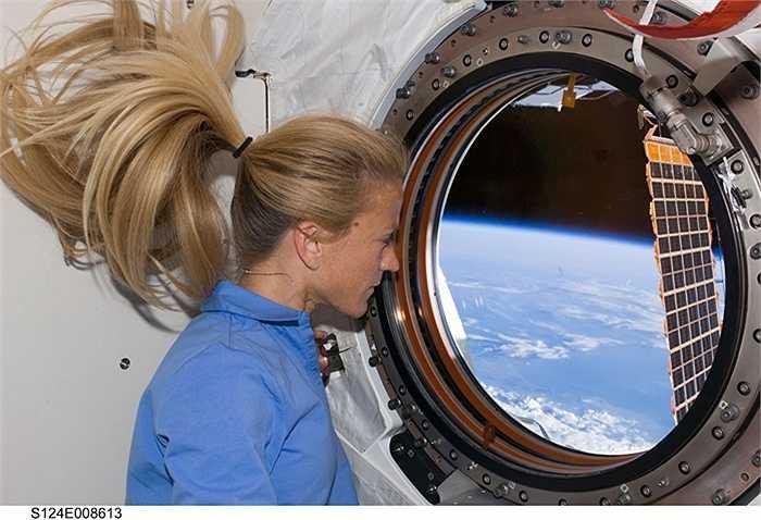 Nữ phi hành gia Karen Nyberg ngắm nhìn Trái đất từ ISS