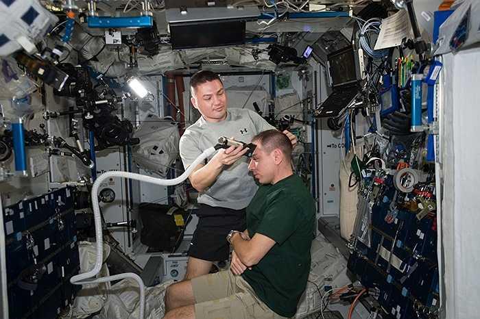 Các phi hành gia cắt tóc trên trạm ISS
