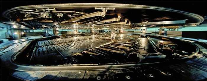 Hợp chất đắt nhất thế giới. Vàng? Không. Bạch Kim? Không. Chất đắt giá nhất hành tinh không quen thuộc như những gì chúng ta có thể ngay lập tức liên tưởng. Đó là Antimatter (phản vật chất), giá khoảng 6,25 nghìn tỷ USD/gram. Khi các hạt thông thường va hạt phản vật chất gặp nhau chúng sẽ tạo ra một nguồn năng lượng rất lớn tồn tại dưới dạng các photon năng lượng cao (tia gamma), neutrino.