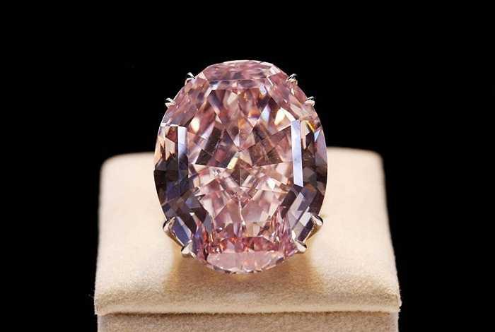 Viên kim cương đắt giá nhất thế giới có tên là ngôi sao hồng và được bán vào năm 2013. Nó là viên kim cương 59,02 carat và nặng chỉ 11,92 gram. Giá bán là 80 triệu USD tức là xấp xỉ 6.5 triệu USD/ gram