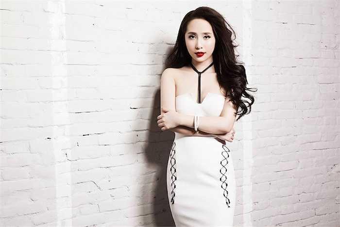 Trang phục sexy giúp cô khoe ra những đường cong nóng bỏng.