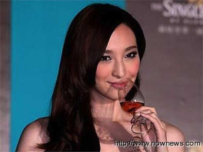 Ngô Bội Từ, Chung Hân Đồng: 400.000 NDT (1,4 tỉ đồng). Nữ người mẫu xứ Đài luôn gắn với những vụ scandal tình ái, vì vậy chuyện đi hầu rượu hayăn tối của cô không khiến nhiều người bất ngờ. Ngô Bội Từ vốn là một người mẫu chuyên nghiệp và sở hữu thân hình được cho là không kém đàn chị Lâm Chí Linh.