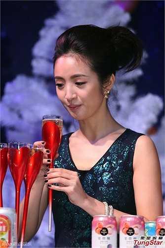 Lâm Y Thần: 550.000 NDT (1,9 tỉ đồng). Lâm Y Thần dù đã có gia đình nhưng cô vẫn giữ được vẻ đẹp thuần khiết và ngây thơ, đồng thời cô được đại gia không ngại rút hầu bao mới ăn tối.