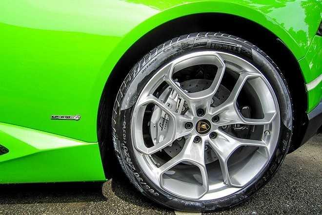 Vành xe tiêu chuẩn trên Huracan 20 inch, kết hợp với lốp Pirelli 245/30 R20 phía trước và Pirelli 305/30 R20 phía sau.