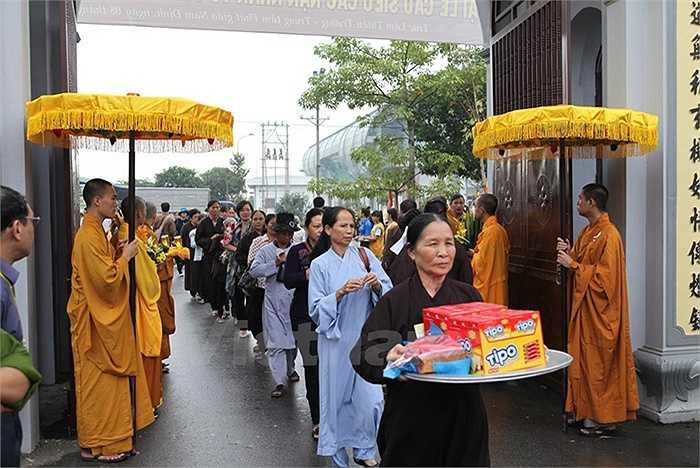 Rất đông tăng ni, phật tử đến Trúc Lâm Thiên Trường cầu siêu cho nạn nhân tử vong vì tai nạn giao thông. (Ảnh: Doãn Đức/Vietnam+)