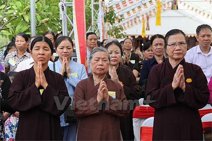 Niệm Phật cho tâm thanh tịnh và mong Phật pháp chỉ đường cho linh hồn người đã khuất về miền cực lạc. (Ảnh: Doãn Đức/Vietnam+)