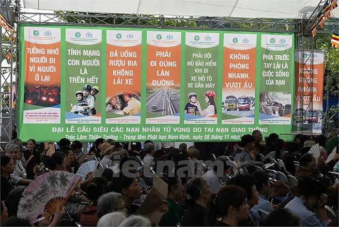 Rất nhiều biểu ngữ, khẩu hiệu được treo để người dân nhắc nhở nhau về ý thức an toàn giao thông. (Ảnh: Doãn Đức/Vietnam+)