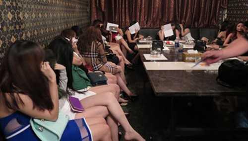 Gần 30 tiếp viên nữ đang phục vụ hát karaoke cho khách nước ngoài