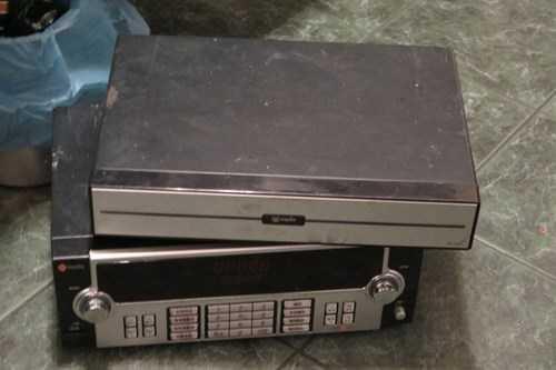 Các thiết bị hát karaoke bị đoàn kiểm tra phát hiện, lập biên bản xử lý. Ảnh CTV