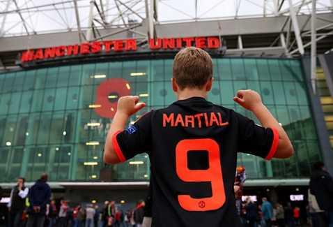 CĐV MU mặc áo số 9 của Martial
