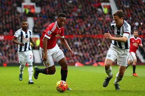 Martial thường xuyên đổi vị trí với Rooney trong hiệp 1