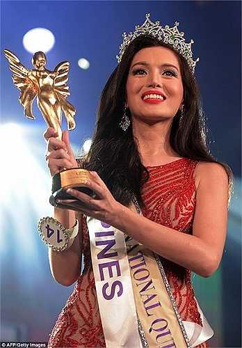 Trixie Maristela - 29 tuổi, đến từ Philippines đã vượt qua nhiều đối thủ trong đêm chung kết Miss International Queen 2015 (Hoa hậu chuyển giới quốc tế 2015) diễn ra tại Pattaya (Thái Lan) để đăng quang ngôi hoa hậu.
