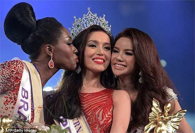Hoa hậu bên á hậu 1 - thí sinh đến từ Brazil (trái) và á hậu 2 là Sopida Siriwattananukoon của nước chủ nhà Thái Lan.