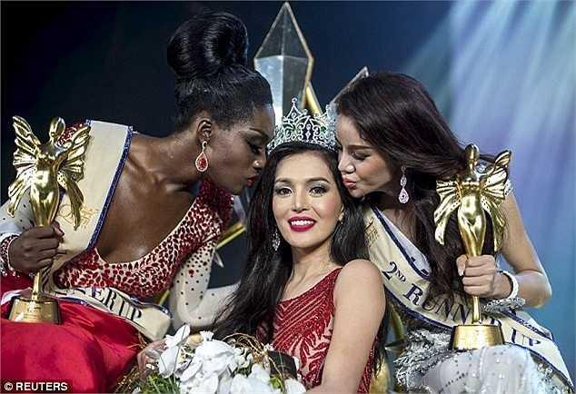 Nụ cười của Tân hoa hậu chuyển giới quốc tế trong đêm đăng quang.