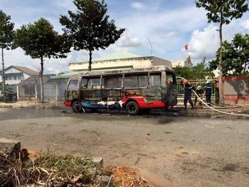 Ngọn lửa bất ngờ thiêu rụi xe buýt giữa trưa, may mắn không có thiệt hại về người