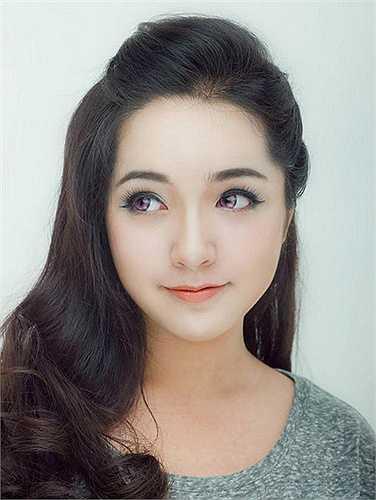 Hot girl Trinh Tây được giới trẻ Việt biết đến qua các bộ ảnh thời trang. Cô gái này cũng nhận được nhiều hợp đồng quảng cáo từ các nhãn hàng