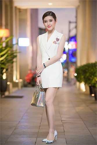 Bộ cánh giúp Huyền My khoe được đôi chân thon dài, làn da trắng cùng đường cong ấn tượng.