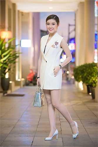 Báo chí Myanmar hết lời khen ngợi sức quyến rũ của nhan sắc Việt 20 tuổi này.