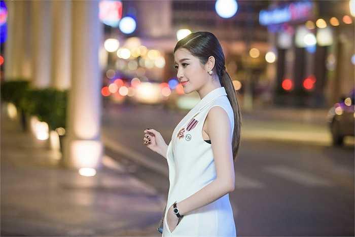 Bên cạnh dàn diễn viên nổi tiếng Myanmar còn có sự góp mặt của Hoa hậu Hoàn vũ Myanmar 2013 Moe Set Wine.