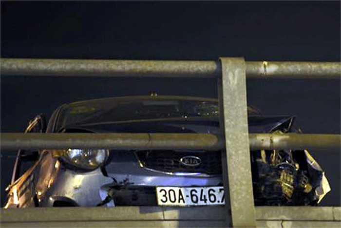 Nhận được tin báo, lực lượng chức năng đã nhanh chóng có mặt tại hiện trường điều tiết giao thông, phong tỏa hai đầu cầu vượt và tiến hành điều tra nguyên nhân vụ tai nạn.