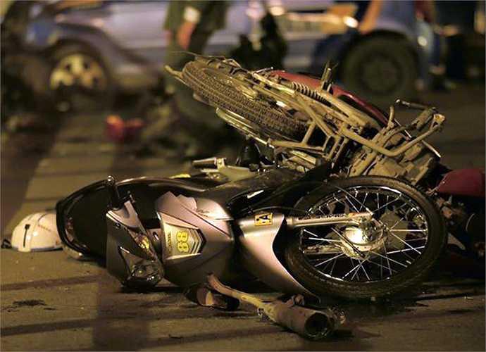 Hàng loạt xe máy bị hư hỏng nằm la liệt trên mặt cầu.