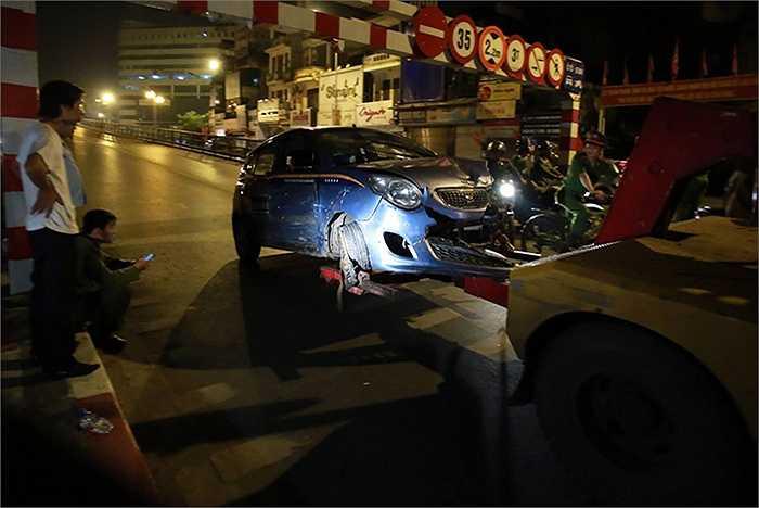 Chiếc taxi bị hư hỏng nặng được di dời khỏi hiện trường.