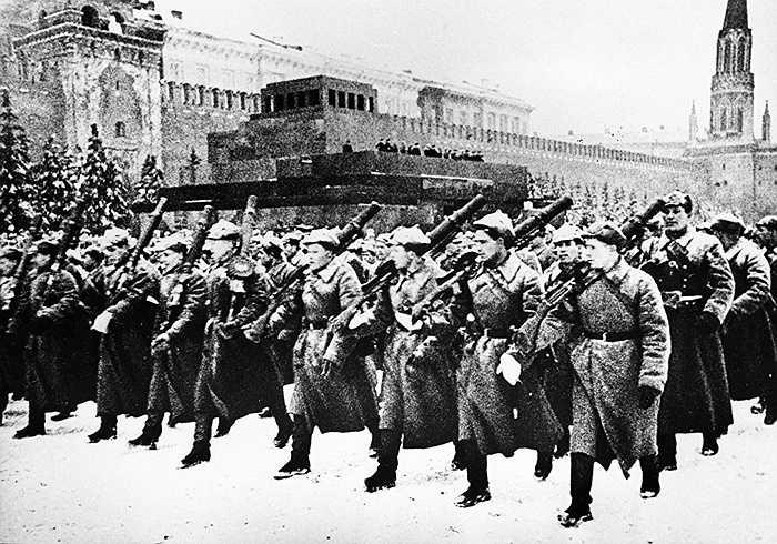 Các chiến sỹ Hồng quân Liên Xô trên Quảng trường Đỏ năm 1941