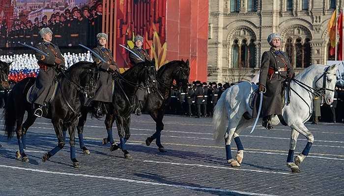 Đoàn kỵ binh cầm gươm