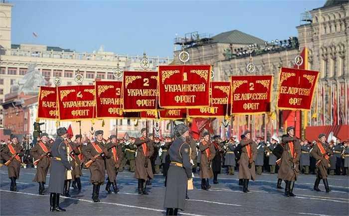 Các đoàn quân diễu hành trên Quảng trường Đỏ