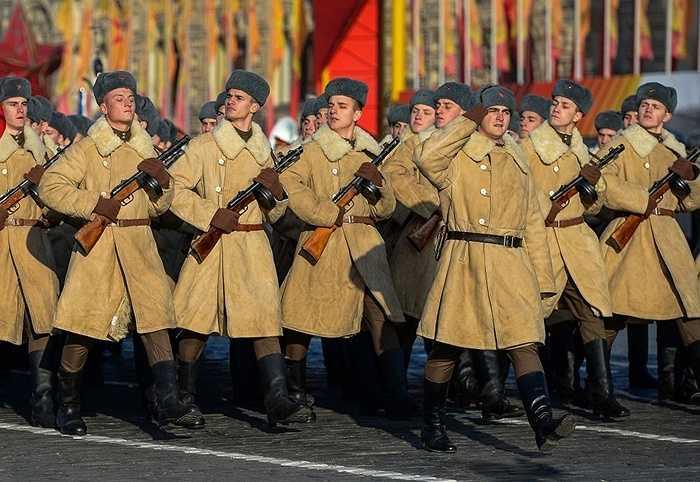 Binh sỹ trong trang phục Hồng quân Liên Xô